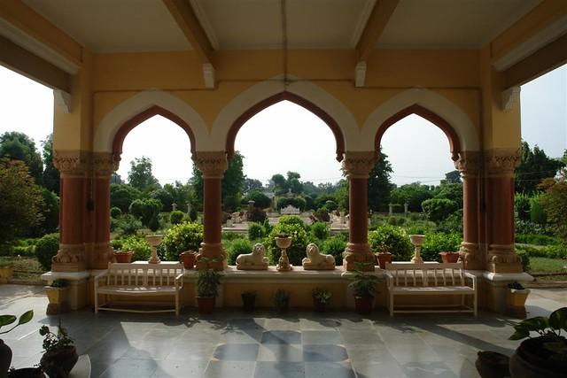 Entrada al Palacio-Hotel, vista de los jardines frontales Karauli, el día que me convertí en un Maharajá en la India - 4172569128 cb9623bb7f z - Karauli, el día que me convertí en un Maharajá en la India