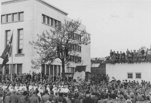 Trondheim kommunale Husmorskole i borgertoget 17 mai (1945)