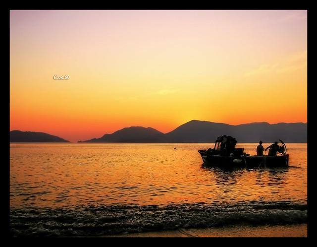 ...poco pesce nella rete, lunghi giorni in mezzo al mare, mare che non ti ha mai dato tanto, mare che fa bestemmiare e si placa e tace senza resa e ti aspetta per ricominciare...