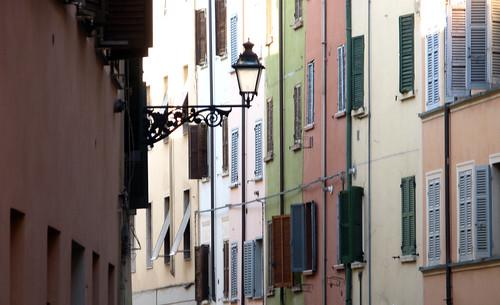 italy--emilia-romagna--parma--daytime--street--lantern--windows--2010-01-27--tripod