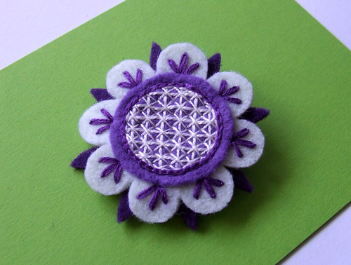 "purple ""japoneira"" brooch"