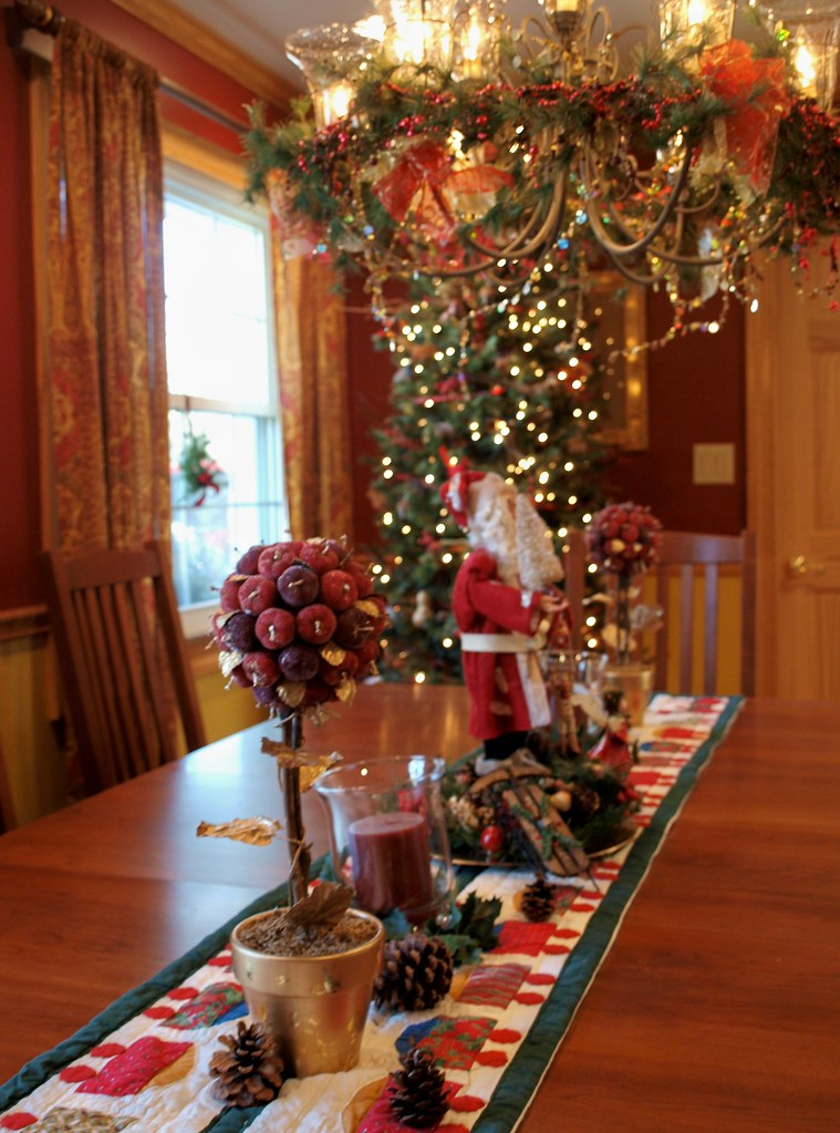 Dining room decorating photos decorating photos bass for Christmas table cover ideas