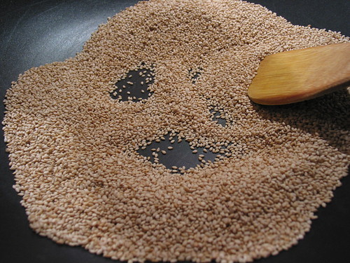 roasted unhulled sesame seeds
