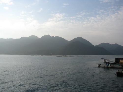 light cloud mountain japan fog ferry port montagne sunrise dawn harbor lumière miyajima 日本 nuage 雲 山 japon brouillard leverdesoleil 光 港 aube 宮島 フェリー 暁 霧 朝日