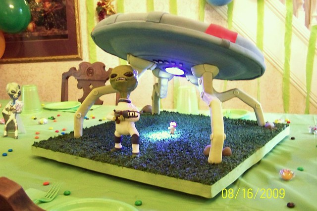 Alien Spaceship Cake http://www.flickr.com/photos/47438282@N08/4342604264/