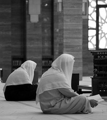 Praying men @ Al Fateh Grand Mosque (II)