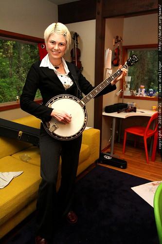 rachel plays her new banjo