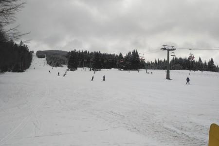 Teploty se poněkud předčasně vydaly k jarním hodnotám, hory navíc spláchl déšť. Jaro však není antonymem lyžování. Přírodního sněhu znatelně ubylo, ale ten technický zůstává spolehlivým základem sjezdovek.