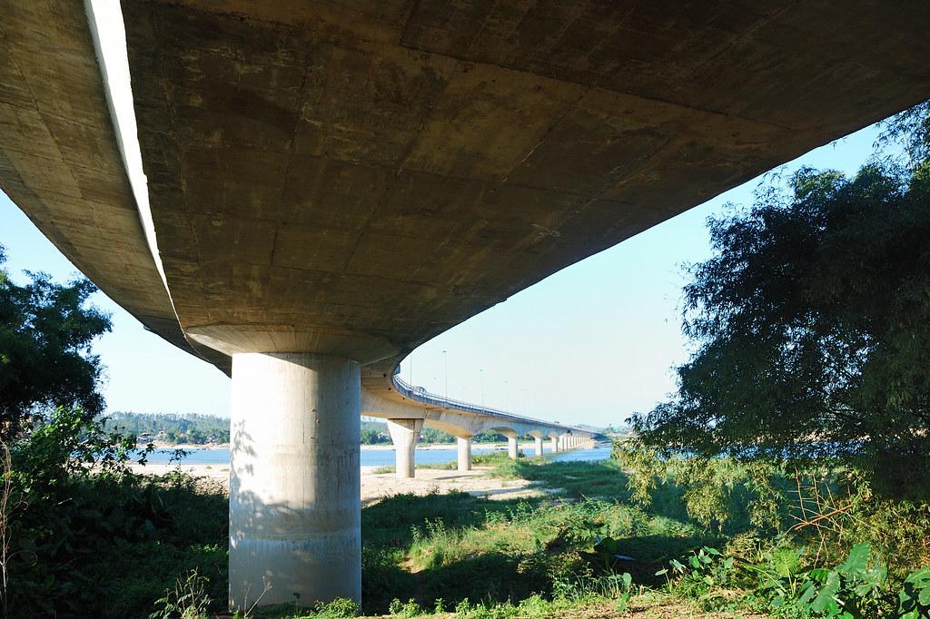 Bên dưới cầu Trà Khúc II
