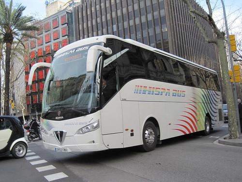 Autocar circulant pel carrer Aribau de Barcelona