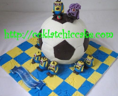 Kue ulang tahun dengan tema cake bola dan minion model ini mulai dari