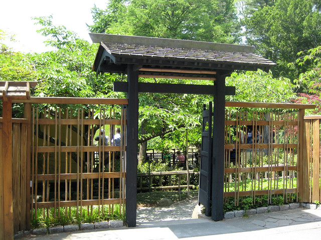 Entry gate to japanese garden brooklyn botanical garden for Japanese garden entrance