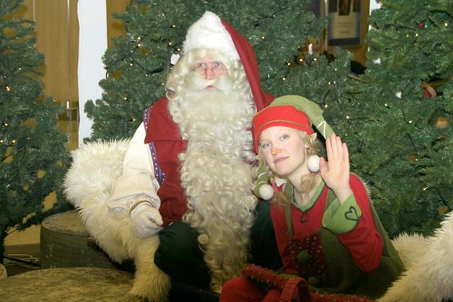 Un tonttu, junto con Papa Noel.