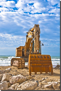 Playa de la Victoria közelében Cádiz képe. blue sea sky cloud beach water rock spain sand rust iron waves machine playa andalucia cielo nubes cadiz albero olas hdr bulldozer digger excavadora worldmachineshdr