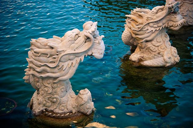 Fuentes con cabeza de dragón en el Parque de las Tres Pagodas, Dali, Provincia de Yunnan, China.