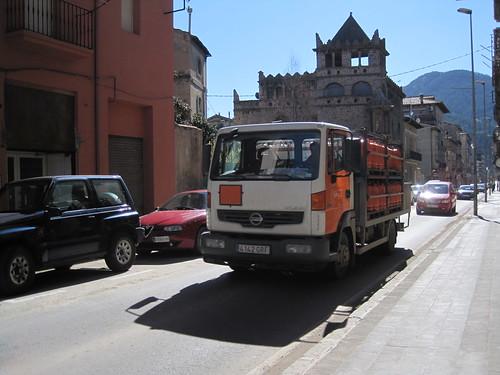 Camió Nissan Atleon repartint el butà al carrer Progrès de Ripoll (Ripollès)