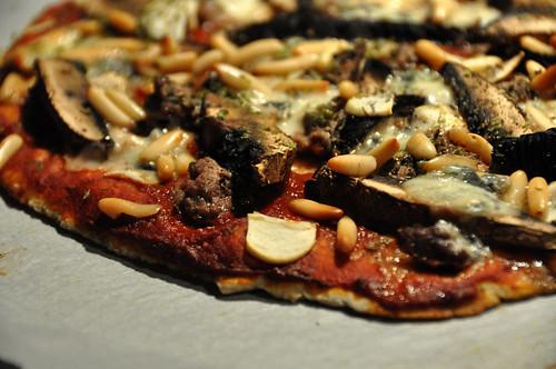 Pizza med oksekød, portobello, gorgonzola og pinjekerner
