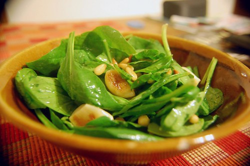 Spinach salad with roasted garlic