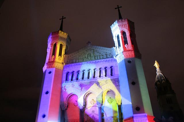 foto Basilique de Fouvière illuminata per la festa delle luci Lione