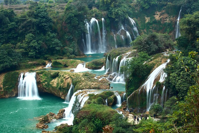 Detian Transnational Waterfall (border btwn China ...