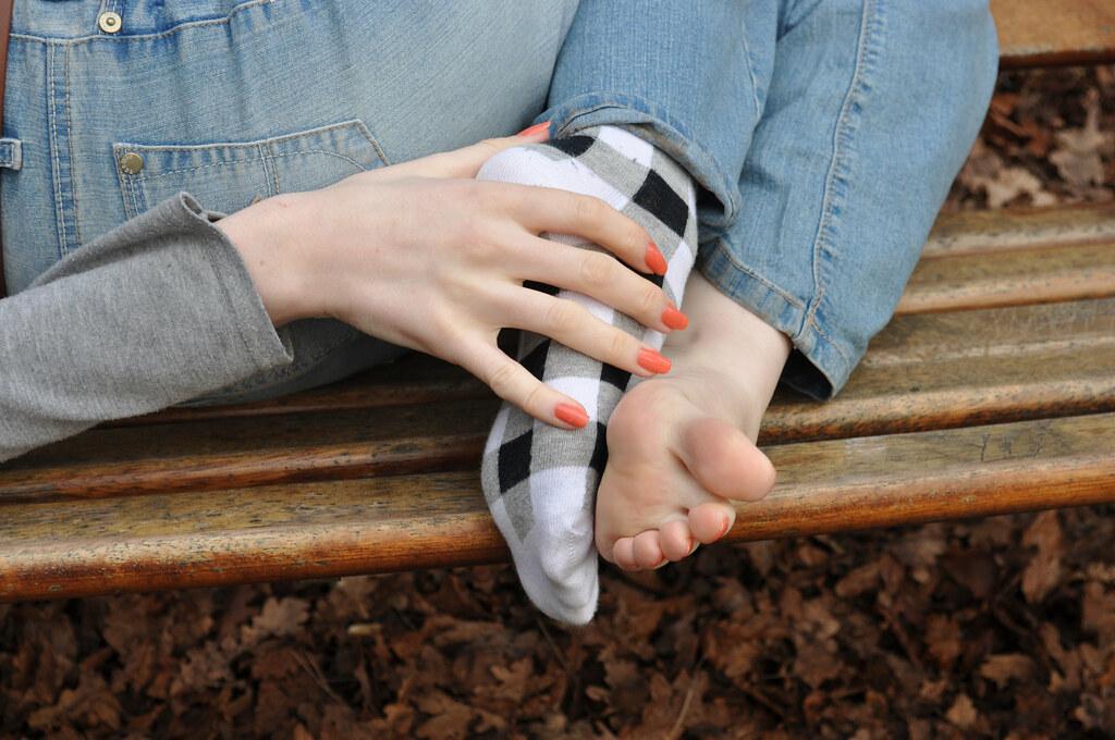 видео облизывает носки девчонке