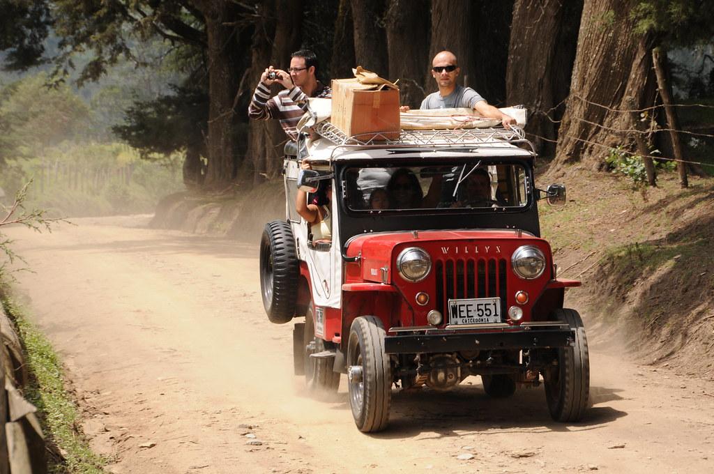 Imagen de un Jeep Willys con viajeros llegando al Valle de Cocora