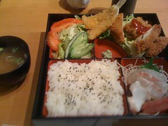 sushi(0.0), bento(0.0), meal(1.0), lunch(1.0), fish(1.0), ekiben(1.0), makunouchi(1.0), food(1.0), dish(1.0), cuisine(1.0), asian food(1.0),