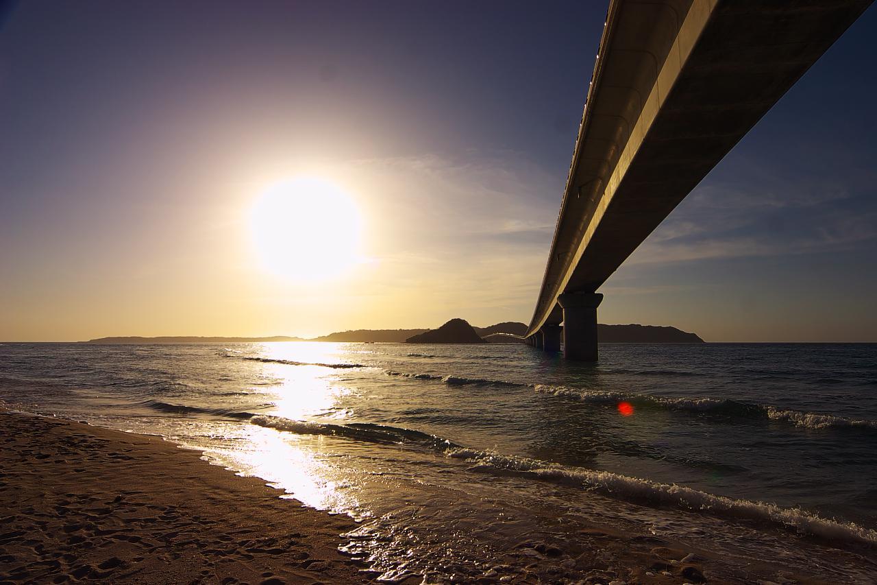 夕日に照らされる角島大橋