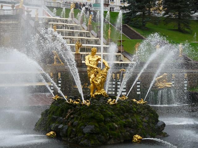 Las fuentes del Palacio Peterhof, San Petersburgo. Rusia.