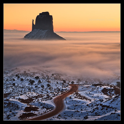 Sunrise in Monument Valley - The Mittens - Arizona por Dominique Palombieri