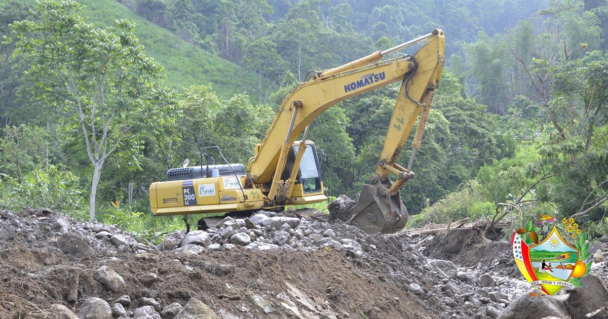 Maquinarias trabajan en deslaves de sitios afectados por lluvias