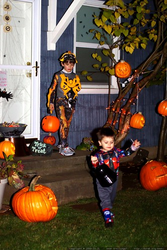 brothers departing a self serve halloween house    MG 7437