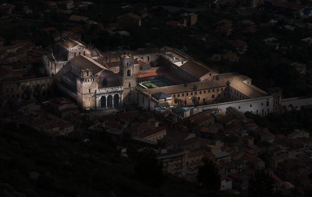 Vista nocturna del Duomo de Monreale desde el Castelaccio