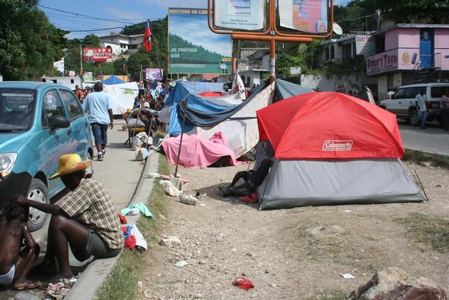 Haiti s isme un petit camp en pleine rue sur la route du for Canape vert hospital haiti