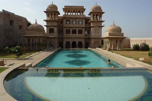 Piscina del hotel-castillo de Mandawa Mandawa, La esencia rural de los Haveli - 4068896293 9fd2ffeeb1 - Mandawa, La esencia rural de los Haveli