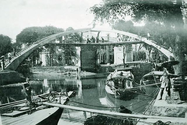 Cầu ba cẳng (phía sau chợ Kim Biên, nối 2 bờ của rạch Hàng Bàng với bến Vạn Tượng)
