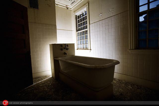 Abandoned Hospital :: Tub