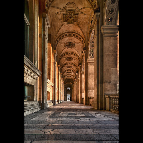 Un couloir au Louvre by Zed The Dragon