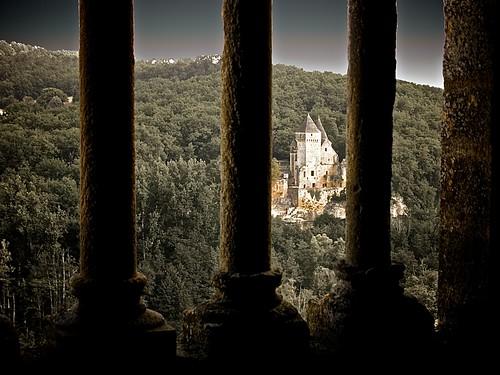 Castillo de Laussel desde una ventana del castillo de Commarque