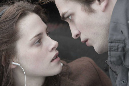 A scene between Robert and Kristen in Twilight