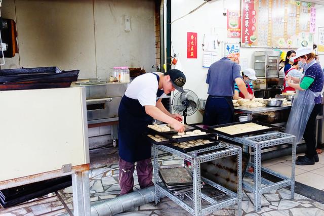 花蓮山東豆漿大王,現場不停的做餅烤餅 (photo by Lilygloria)