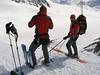 Jsme znovu s sedle Brochkogel Joch, z lyží jsem rychle zbudoval štand a Tonda s Víťou sesouvají na lyžích strmým svahem. Pohodlnější a bezpečnější to mají díky lanu v rukou.