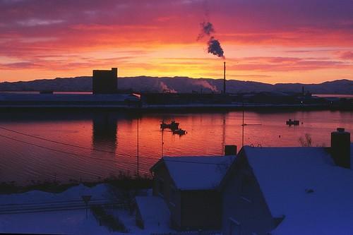 winter sunset cold norway analog sunrise reflections norge nikon hometown scan arctic noruega nikkor slides fujichrome dias finnmark vadsø nikonf5 varanger barentsregionen vadsøsildoljefabrikk hjemby