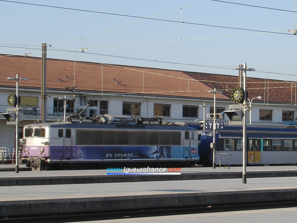 "La BB 25644 SNCF en livrée ""En voyage"" en gare de Marseille Saint-Charles"