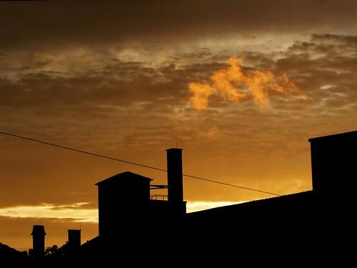 sunset chimney sky silhouette yellow clouds fire sonnenuntergang himmel wolken gelb finepix fujifilm feuer weiss fireinthesky kamin neuulm flickrcolour s100fs lebkuchenweiss