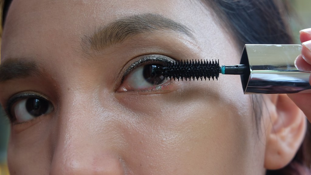 how to get mascara on top of lashes