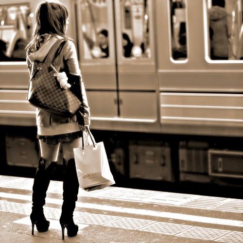 Black Boots Girl in Station - 無料写真検索fotoq