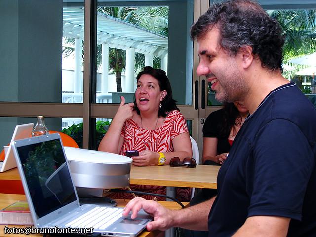 Roney B, controlando os slides numa das apresentações no Café 22