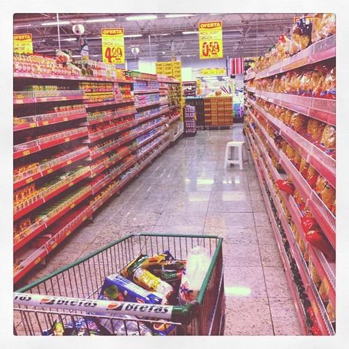 """Corredores """"intermináveis"""" do supermercado"""