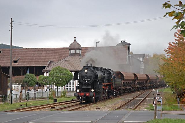 71. 52 8079 met DGz 93354 van Meiningen naar Marksuhl nadert het station van Bad Salzungen (foto: Bart van 't Grunewold) 24-10-2009.jpg